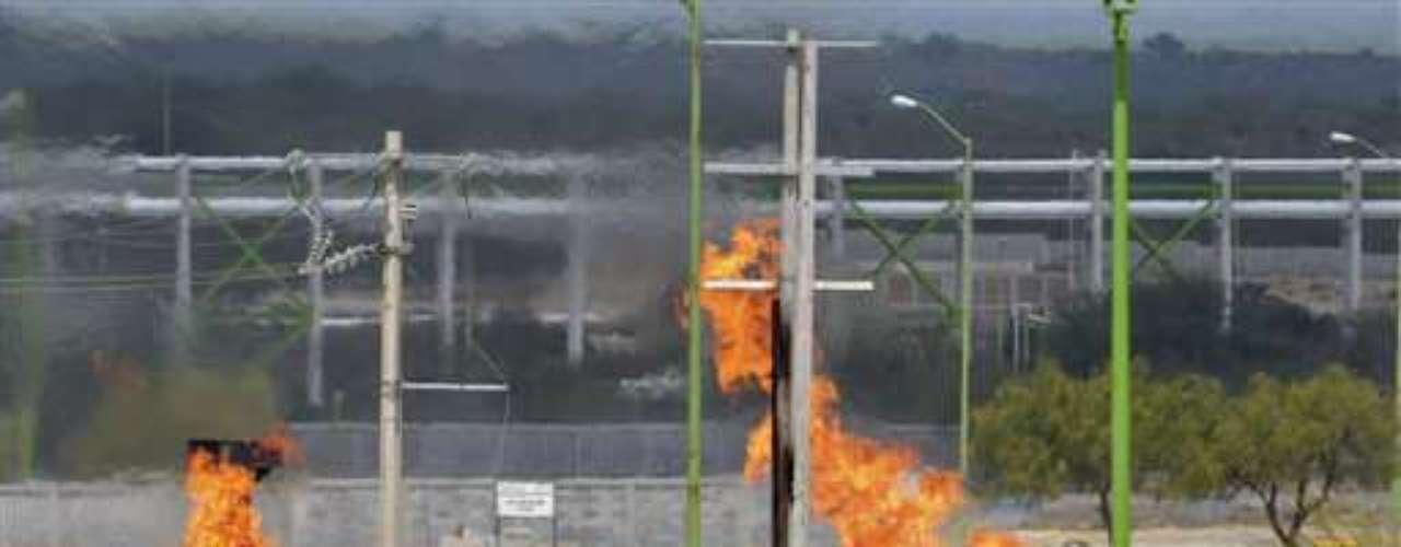 Pemex, que llegó a ser la cuarta empresa petrolera del mundo, ha decaído en los últimos 15 años y actualmente se ubica en el undécimo lugar con una producción de 2,55 millones de barriles diarios en 2011. Este jueves, por incendio en una terminal receptora de gas, murieron, hasta ahora, 30 personas. (Fuente textos: AFP)