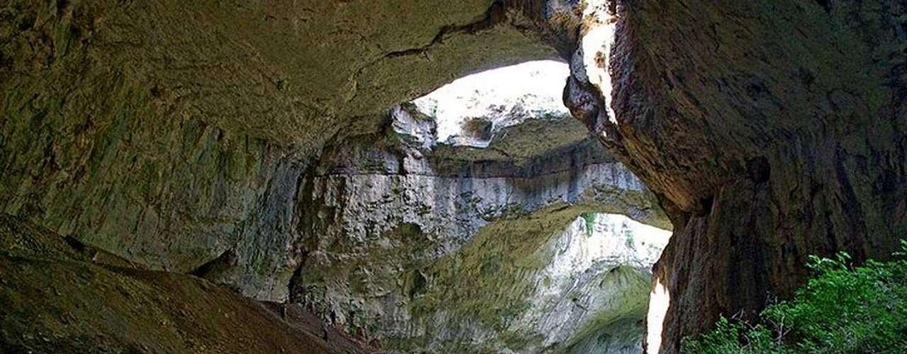 Otro atractivo de este lugar es que la cueva tiene dos ramificaciones. Incluso, una tiene más de 2 kilómetros de largo e incluso es hogar de un riachuelo que desemboca en el río Osam. Sin duda, un sitio hermoso para contemplar. ¿Te gusta?