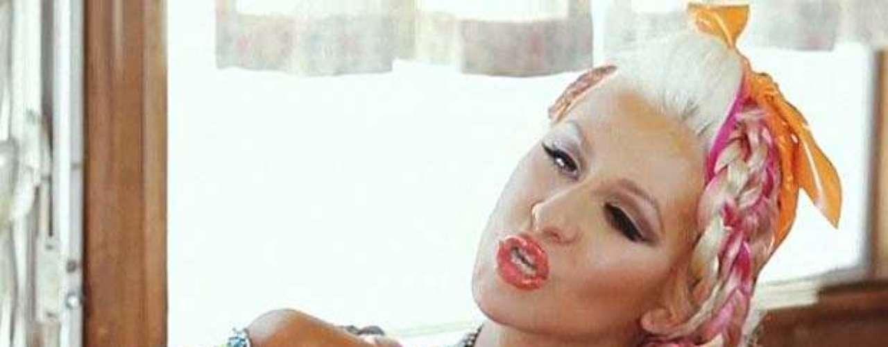 ¿Les gusta cómo luce la mami de Christina en el videoclip?