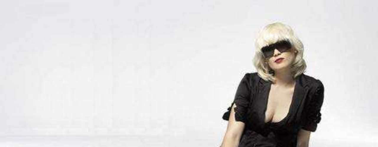 Sharin Foo es la belleza de la dupla de Dinamarca, The Raveonettes. Sune Rose Wagner la acompaña en los escenarios desde hace once años. Las influencias de su música están relacionadas con Buddy Holly, Gene Vincent y The Ronettes.