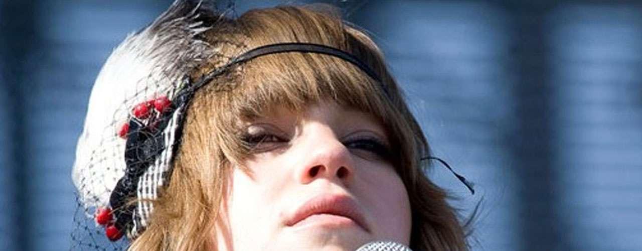 Los californianos de The Airborne Toxic Event cuenta con la belleza de Anna Bulbrook. Su música es comparada con The Cure, Modest Mouse, Franz Ferdinand, U2 y Arcade Fire.