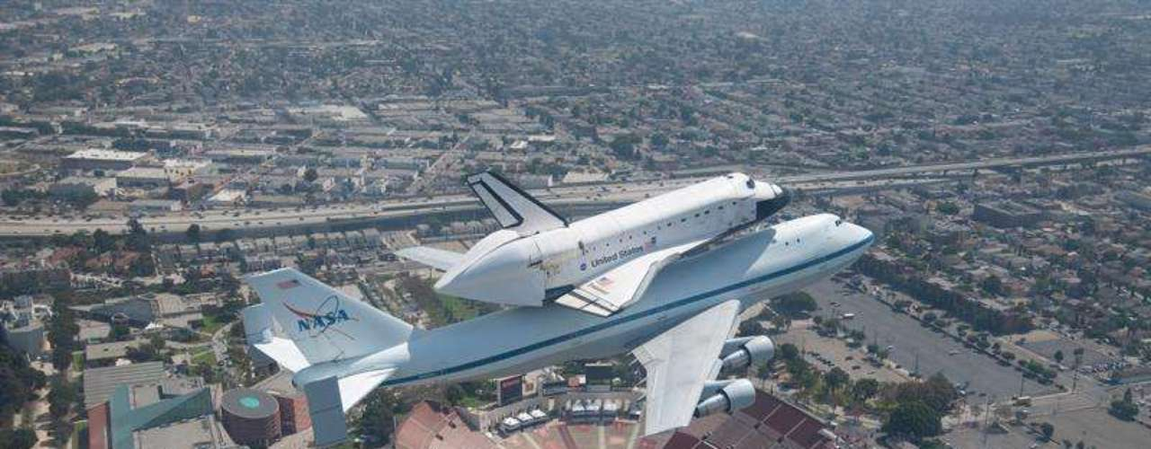 El transbordador Endeavour realizó su último vuelo y aterrizó en Los Ángeles para convertirse en una pieza de museo después de casi 20 años de viajes orbitales que marcaron una era en la exploración espacial estadounidense.