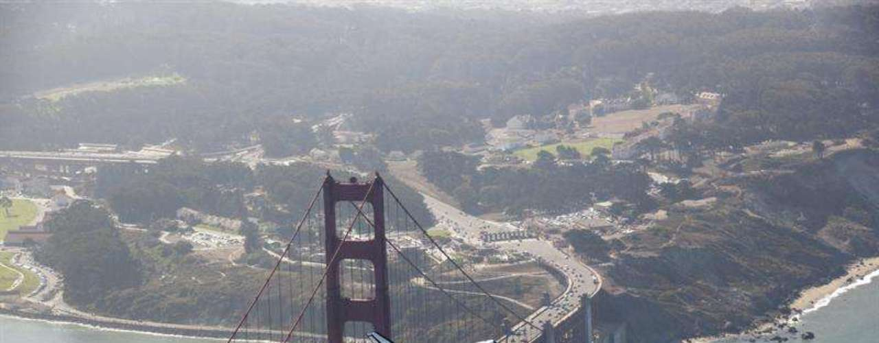 La nave tomó tierra en la zona de cargo del aeropuerto internacional de Los Ángeles a lomos de un Boeing 747 tras realizar un tour de exhibición de más de cinco horas por lugares icónicos de California como el puente Golden Gate de San Francisco, Malibú, Santa Mónica o las colinas de Hollywood.