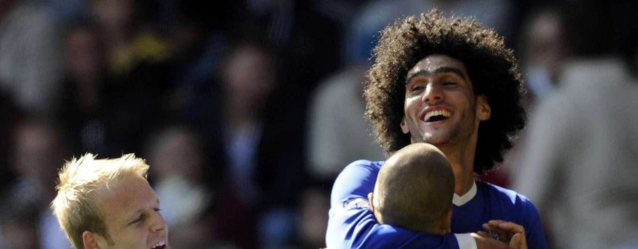 Everton's Marouane Fellaini (back R) celebrates scoring a goal with teammate John Heitinga.