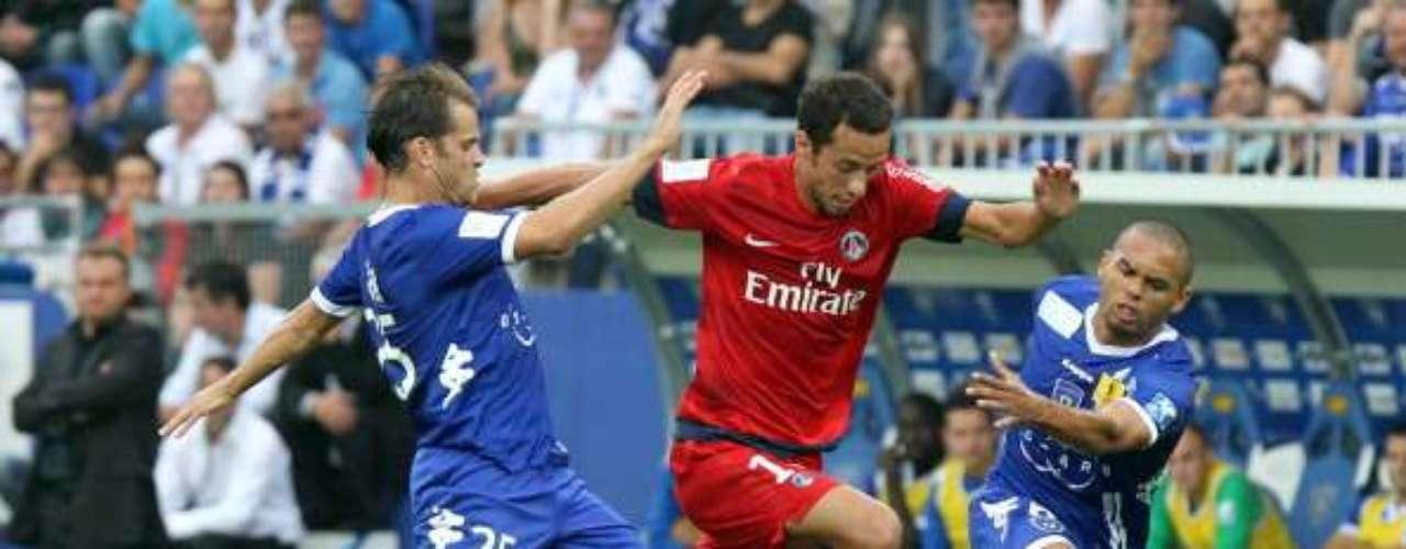 Jerome Rothen conduce el balón y sale 'airoso' entre dos rivales del Bastia.