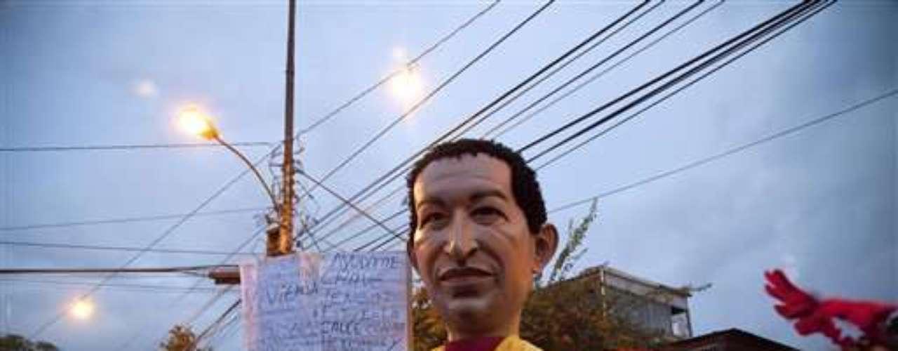 Chávez, a quien en 2011 le fue diagnosticado un cáncer, cerró el lunes una caravana por el oeste de Caracas sin pronunciar uno de sus acostumbrados discursos, y habló menos de una hora en sus otros dos actos proselitistas de la semana. (Fuente texto: AFP)