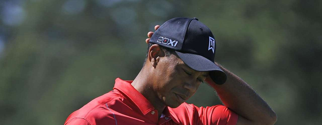 Tiger Woods of the U.S. reacts to a missed par putt and scores a bogey on hole five during the final round of the Tour Championship golf tournament at the East Lake Golf Club in Atlanta, Georgia, September 23, 2012. REUTERS/David Tulis (UNITED STATES - Tags: SPORT GOLF)