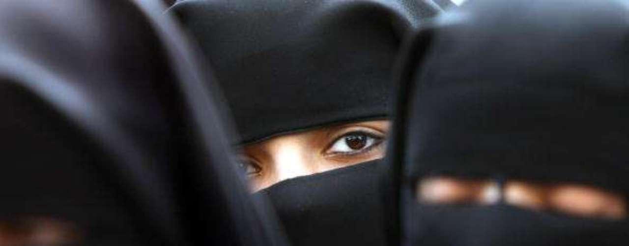 Más mujeres. Irán fue uno de los primeros países en el Medio Oriente que permitió que las mujeres estudiaran en la universidad y, desde la Revolución islámica en 1979, ha hecho grandes esfuerzos para alentar a más mujeres a matricularse en la educación superior. La brecha entre el número de estudiantes de ambos sexos se fue reduciendo gradualmente. En 2001, las mujeres superaron a los hombres por primera vez y ahora representan más del 60% de la población estudiantil en general.