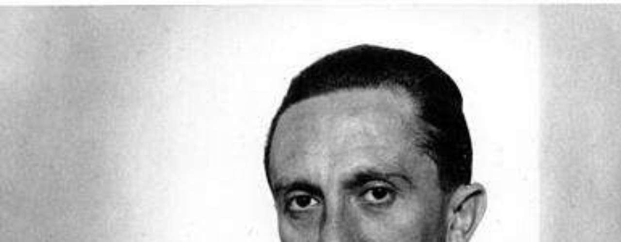 Panagopulos dijo que los museos dependen con frecuencia de donaciones de personas que compran objetos en subastas y que los neonazis no coleccionan el material. Se prevé que la colección, que abarca el período previo a que Goebbels se uniera al partido Nacional Socialista en 1924, se venda en más de 200.000 dólares, dijo Panagopulos. (Fuente textos: AP)