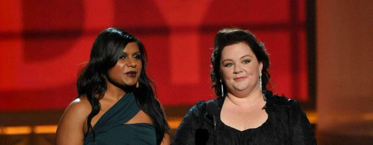 Melissa McCarthy y Mindy Kelly se la pasaron de lo lindo al anunciar el Mejor Actor en una Serie de Comedia. A cada nominado lo hicieron sonrojar con descripciones sexuales y su tipo de piel.