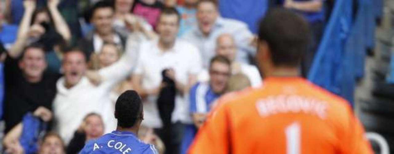 Chelsea sufrió mucho, pero al final se impuso 1-0 al Stoke City con anotación de Ashley Cole. Los Blues siguen como líderes generales de la Premier League, pero ya tienen a Manchester United sólo un punto abajo.