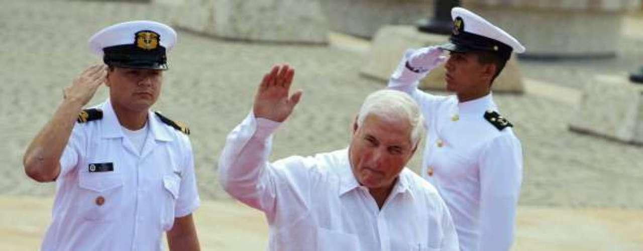 Le sigue el panameño, Ricardo Martinelli. Elegido en 2009. Posee un 52% del apoyo ciudadano.