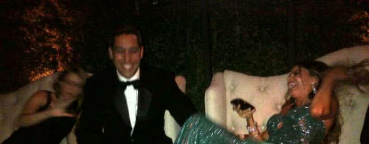Sofía celebrando al lado de su prometido, Nick.