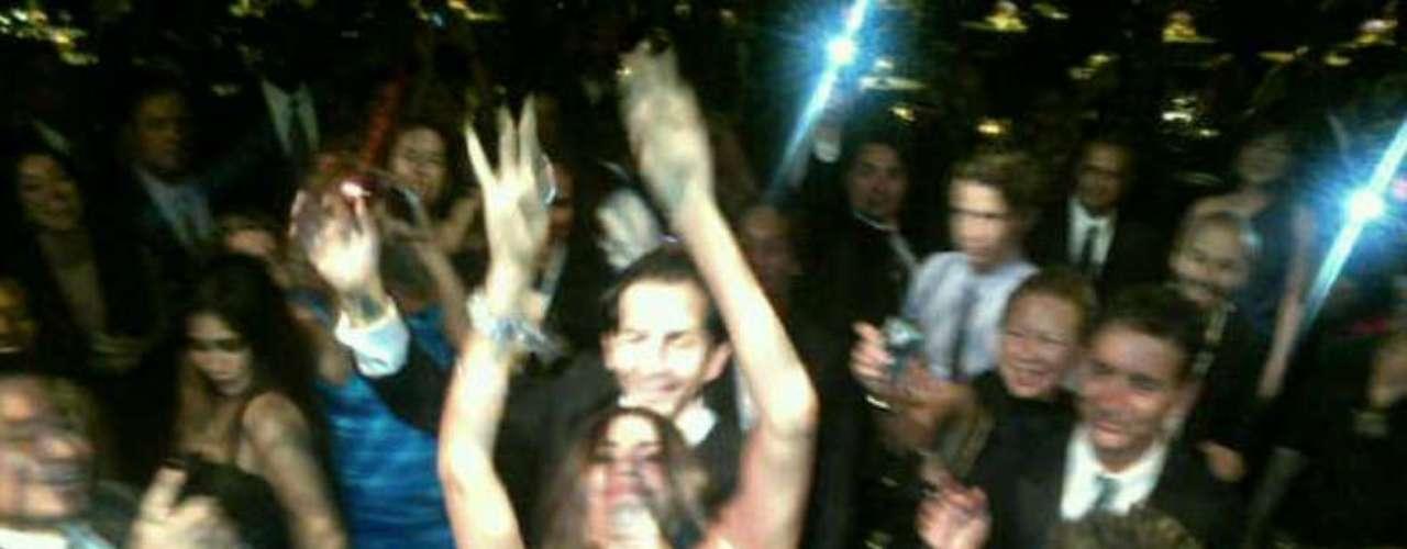 Al parecer, Vergara se sintió rockstar y se lanzó sobre la multitud (su familia)