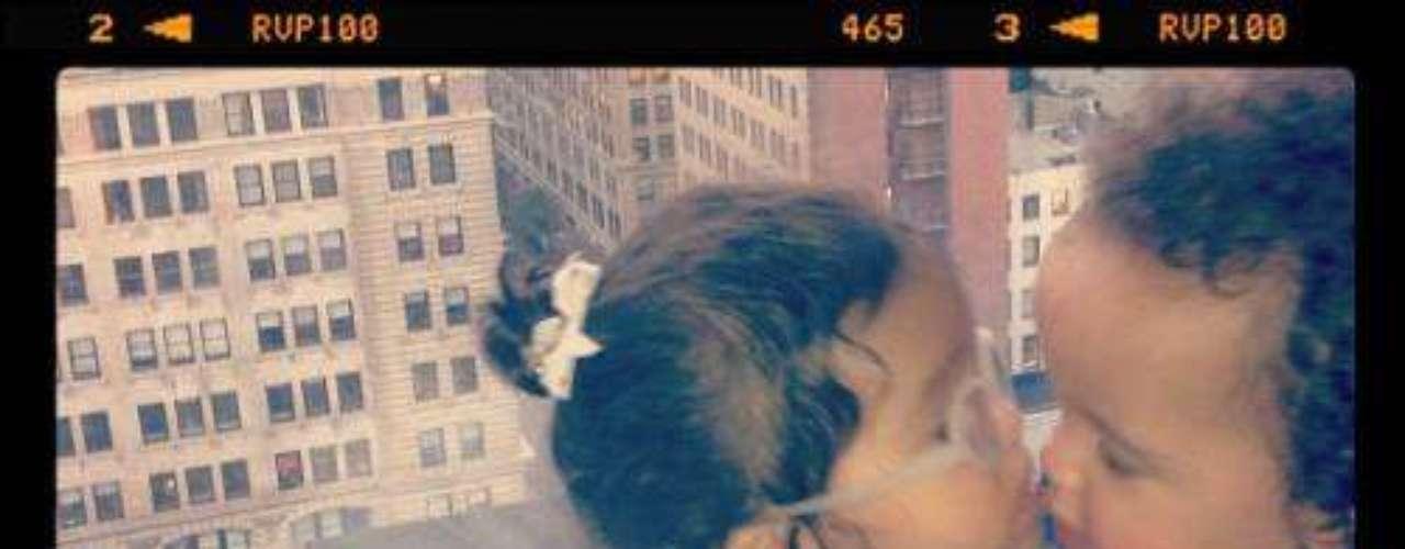 Mariah Carey publicó en su Twitter una hermosa imagen de sus hijos, Monroe e Moroccan, besándose. La artista afirmó recientemente en una entrevista que quiere que ellos sean grandes amigos cuando crezcan...