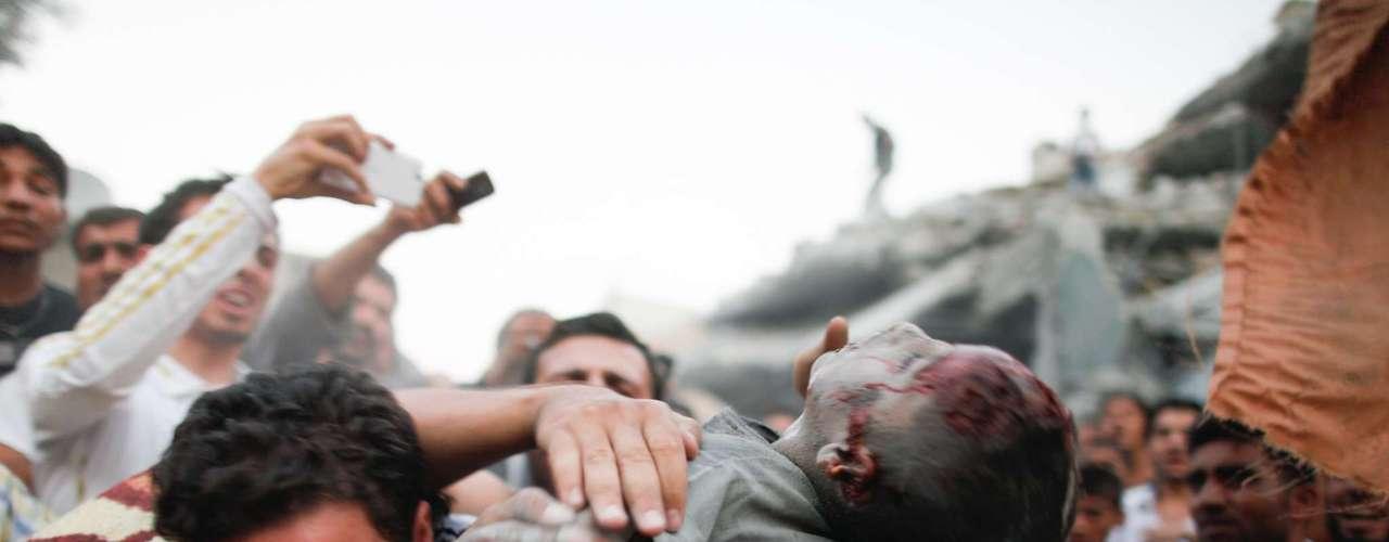 Por su parte Jalid, de 15 años, cuenta que fue torturado en su antigua escuela, convertida en lugar de detención y tortura, donde fue encerrado 10 días, sin comida, golpeado y colgados del techo por las muñecas. La foto muestra el cuerpo de niño víctima de un bombardeo aéreo.