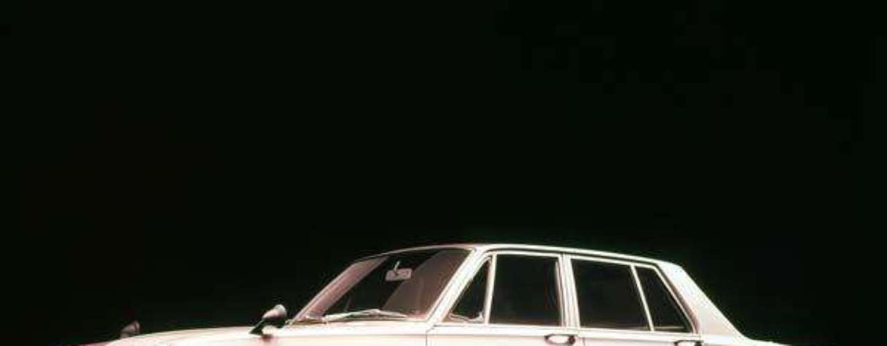 Pocos años despues, en julio de 1968, surge por primera vez la versión Skyline GT-R. El carro de cuatro puertas que fue presentado en el Motor Show de Tokio equipaba un motor S20 (2.0 litros y 160HP) derivado del GR8 de 24 valvulas que equipaba el modelo de carreras R380. Gracias a una velocidad máxima de 125 mph y una aceleración que le permitía cubrir el cuarto de milla en 16.1 segundos, el Skyline GT-R logró 36 victorias en menos de 2 años.