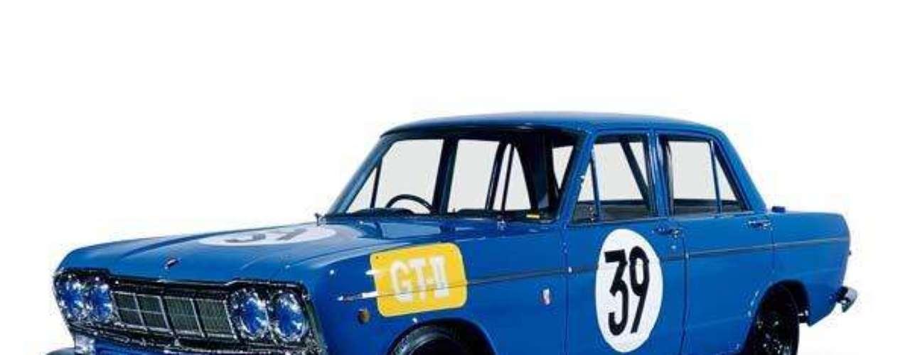 El primer vehiculo que logró fama gracias a sus proezas en las pistas fue el Skyline 2000GT, al que Prince dotó del impulsor G7 y del que fabricó 100 unidades para su aprobación en la competencia. Su debut fue en el Gran Premio de Japón, donde quedó segundo detrás de un Porsche 904.