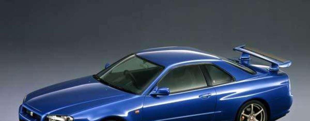Entre 1998 y 2002 se fabricó la última generación que llevó en su nomenclatura la palabra Skyline. Sus líneas fueron completamente renovadas y sus prestaciones lograron fama mundial, al ser capaz de competir con autos mucho más caros de igual a igual. Bajo el capó seguía escondiendo el RB26DETT de 280 HP que combinados con su tracción total, su chasis más rígido, sus frenos de alta calidad y su suspensión revisada; ofrecía un manejo y una aceleración de punta.