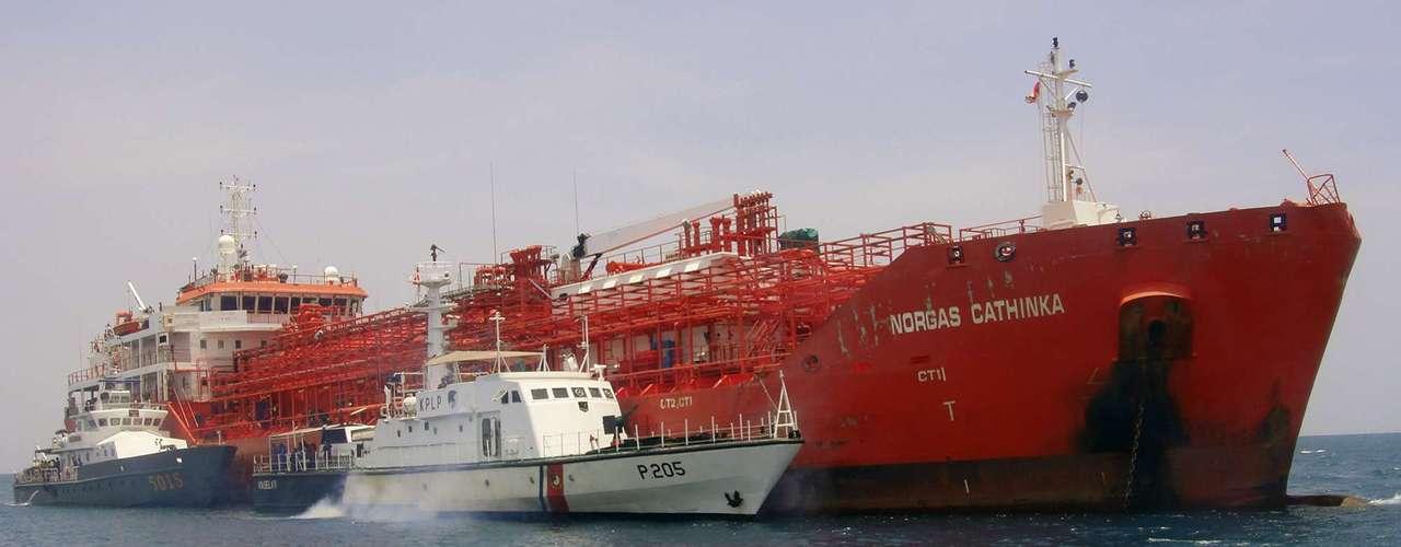 Al menos ocho personas murieron en el naufragio de un barco con más de 200 pasajeros que se hundió este miércoles cerca de las costas de la isla de Sumatra, en el oeste de Indonesia, informaron fuentes gubernamentales.