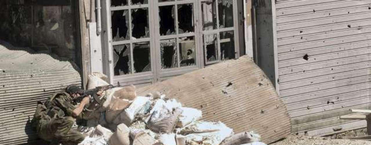 Apenas este miércoles un doble atentado fue perpetrado contra la sede del Estado Mayor del ejército en el centro de Damasco provocando la muerte de cuatro guardias, reivindicado por un grupo yihadista, la rama de Damasco del \