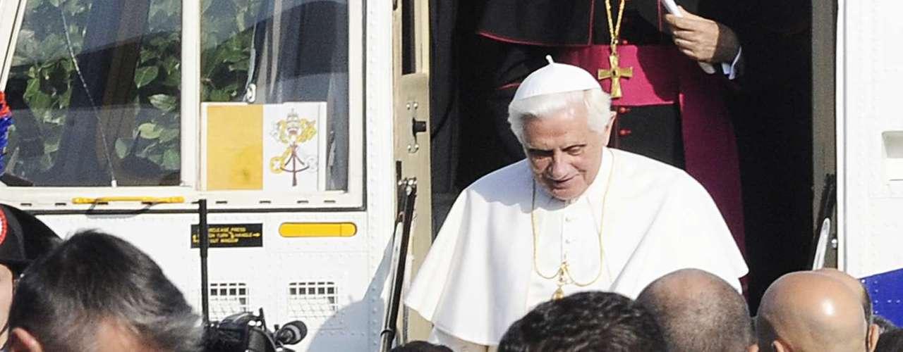 El Vaticano confirmó que el mayordomo del papa Benedicto XVI, Paolo Gabriele, era la persona que fue arrestada. Gabriele, de 46 años, trabajó desde 2006 para el papa Benedicto XVI, formaba parte del selecto  grupo con acceso al escritorio privado del Pontífice y siempre se le veía en el asiento delantero del papamóvil. El Vaticano detalló que se habían encontrado documentos confidenciales en su departamento.