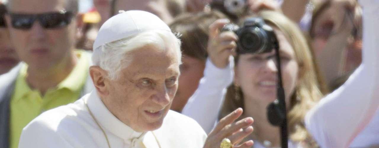 Algunas teorías aseguran que Gabriele es sólo un chivo expiatorio porque siempre fue conocido como una persona devota, fiel al Papa y que nunca despertó sospecha. El autor del libro, Nuzzi, dijo que su informante principal arriesgaba la vida en caso de ser descubierto. La fuente trabajaba dentro del Vaticano, de acuerdo con Nuzzi, que se negó a dar otros detalles sobre su género, edad o si él o ella es un clérigo.