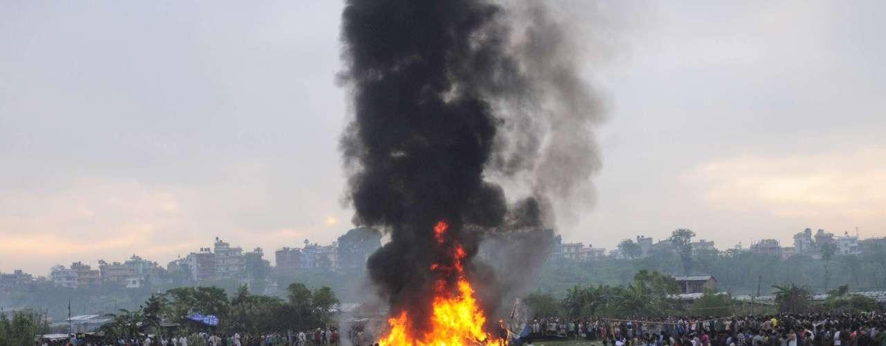 Las víctimas son siete británicos, cinco ciudadanos chinos y siete nepalíes, de los cuales tres eran los miembros de la tripulación, dijo a Efe un oficial de la aerolínea Sita Air, a la que pertenecía el aparato siniestrado.
