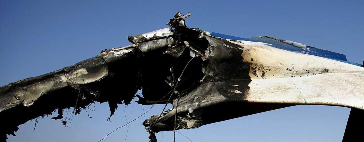 Estos testigos, citados por medios locales, aseguraron que el avión se estrelló a unos 20 metros de un asentamiento de chozas y junto a un riachuelo, hasta el que se desplazaron miembros del Ejército para participar en las tareas de rescate.
