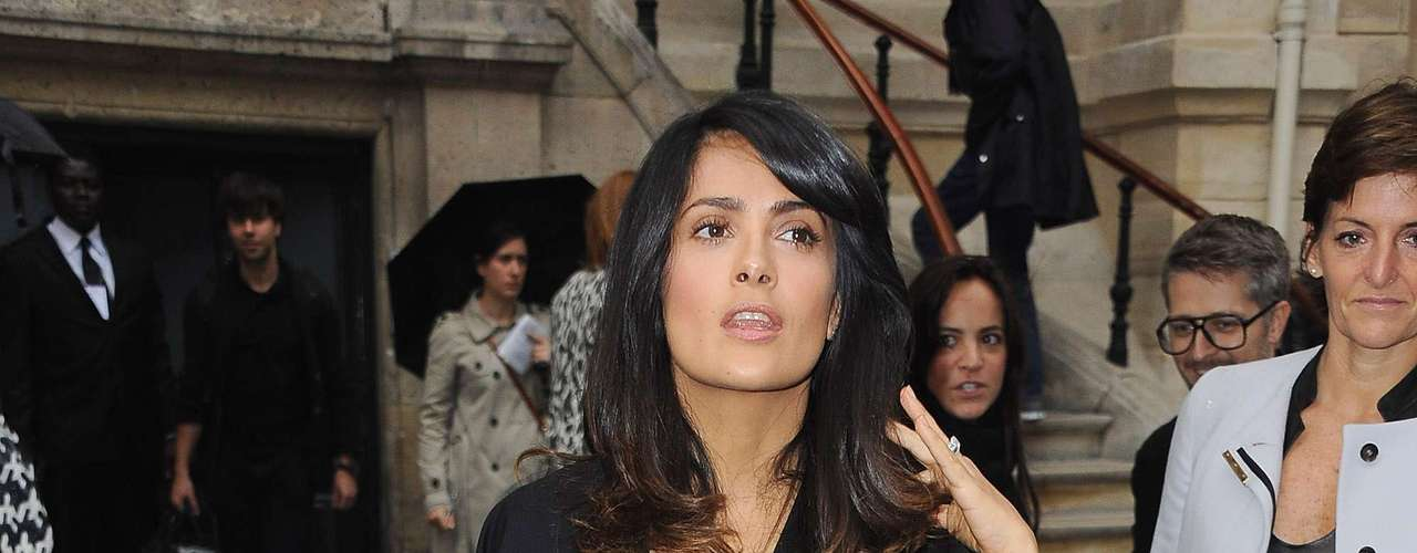 Salma Hayek looks like she is rocking by her hand gestures. The sexy Mexican actress is probably happy because she is wearing a trash bag-like skirt and feels that she is pushing a new trend. What do you think of Salma Hayek's look in Paris?