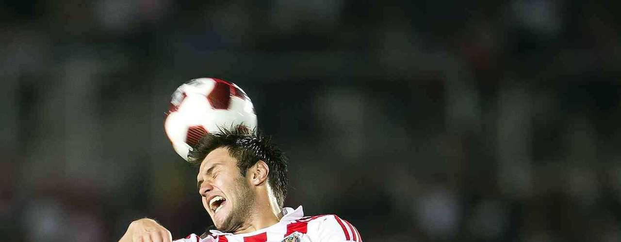 Inventos arbitrales o no, Kristian Álvarez ha provocado dos penaltis en los últimos tres partidos de Chivas; debe estar concentrado los 90 minutos.