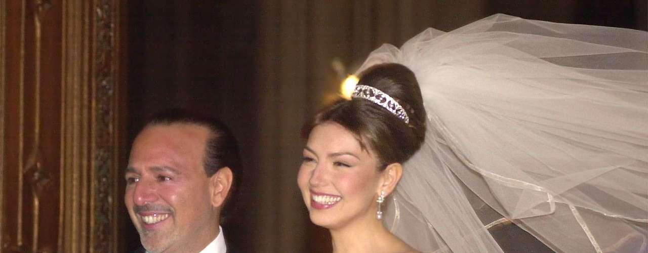 Thalía se 'separó' de su familia y cambió su residencia para casarse con el magnate musical Tommy Mattola en el año 2000