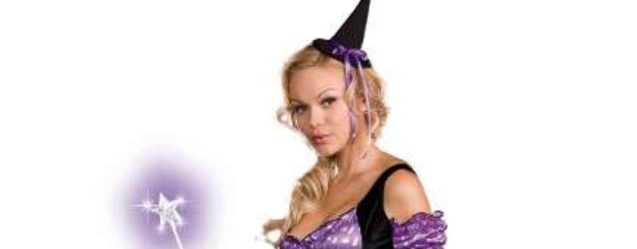 Ilumina la noche con esta bruja adolescente  y   festiva con este diseño en  púrpura y negro. Tu sonrisa puede iluminar la habitación, pero también lo hará su falda en este traje de bruja mágica.