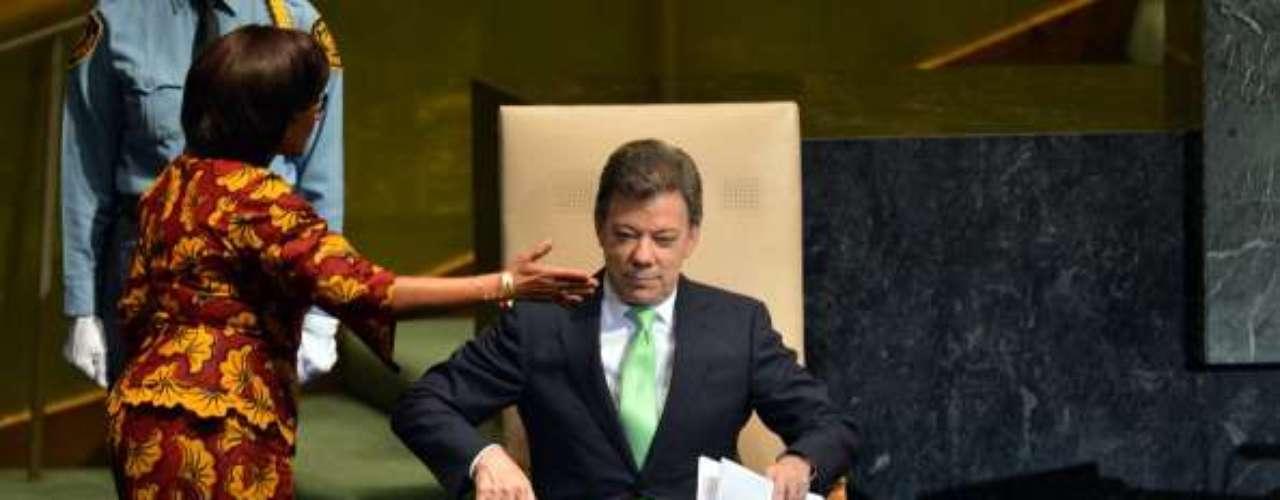 Otro mandatario que tuvo que enfrentarse al cáncer fue el presidente colombiano Juan Manuel Santos, quien anunció en octubre de 2011 que padecía cáncer de próstata. Santos fue operado en una clínica de Bogotá. En aquel momento, los médicos dijeron que el cáncer que padecía el gobernante de 61 años no era tan agresivo, por lo que había un 97% de probabilidad de que se recuperara y así fue.