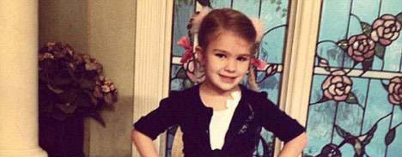 Es Britney de bebé! La sobrina de Britney Spears , Maddie, es adorable, con sólo 4 años , se viste como su tía por un día y toma prestada la inspiración del traje que Brit lució en 1998 con el video Baby One More Time