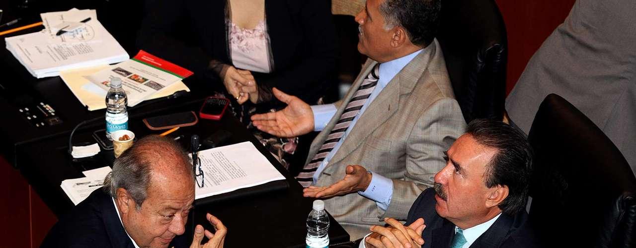En el país muchos medios se preguntan de dónde viene el dinero que el líder del Sindicato de Trabajadores Petroleros de la República Mexicana (STPRM) usa para pagar sus gastos cotidianos. Carlos Romero Deschamps a la izquierda en la foto.