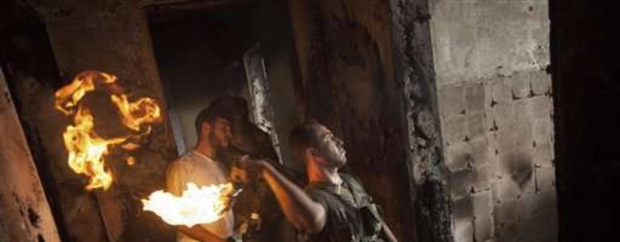 Guerrilleros lanzan bombas incendiarias en Alepo