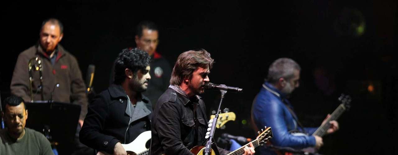 Según EFE, Cerca de 4.000 espectadores acudieron al Teatro de Verano de la capital uruguaya para presenciar el \