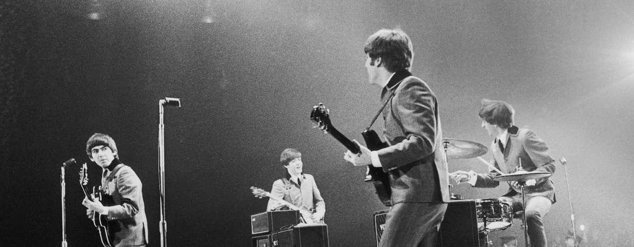 La alineación original de The Beatles incluía a Lennon, McCartney y Harrison junto a Pete Best, quien fue reemplazado por Ringo Starr poco antes del gran despegue de la banda.