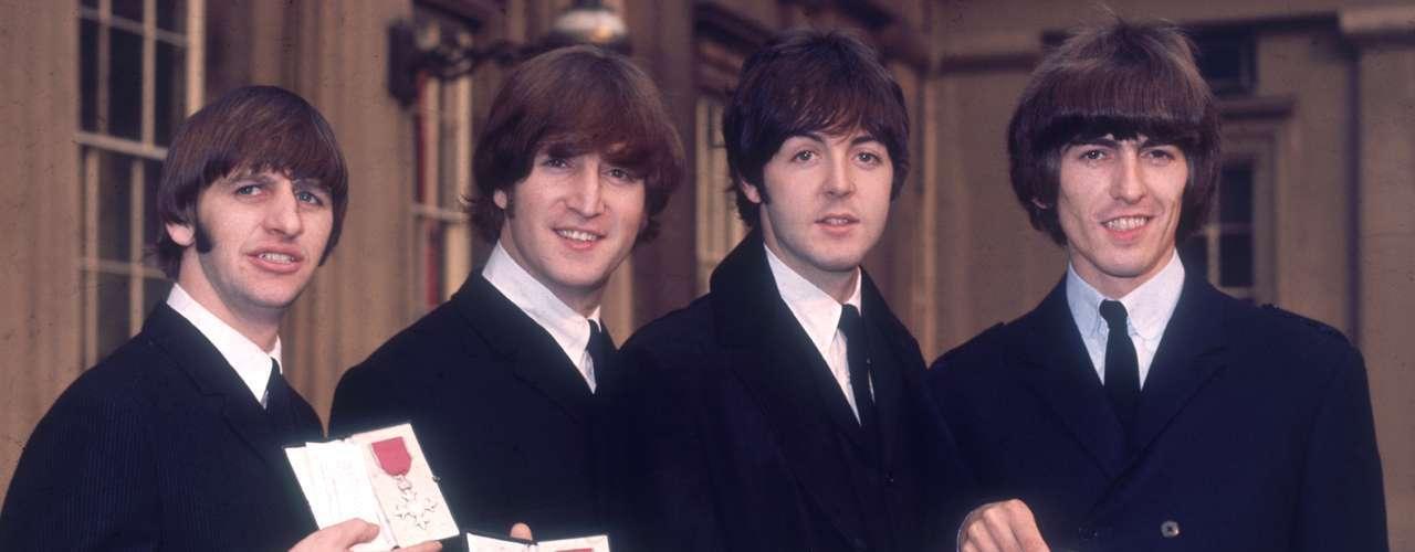 Ringo Starr, John Lennon, Paul McCartney y George Harrison junto a sus insignias de miembros de la Orden del Imperio Británico.