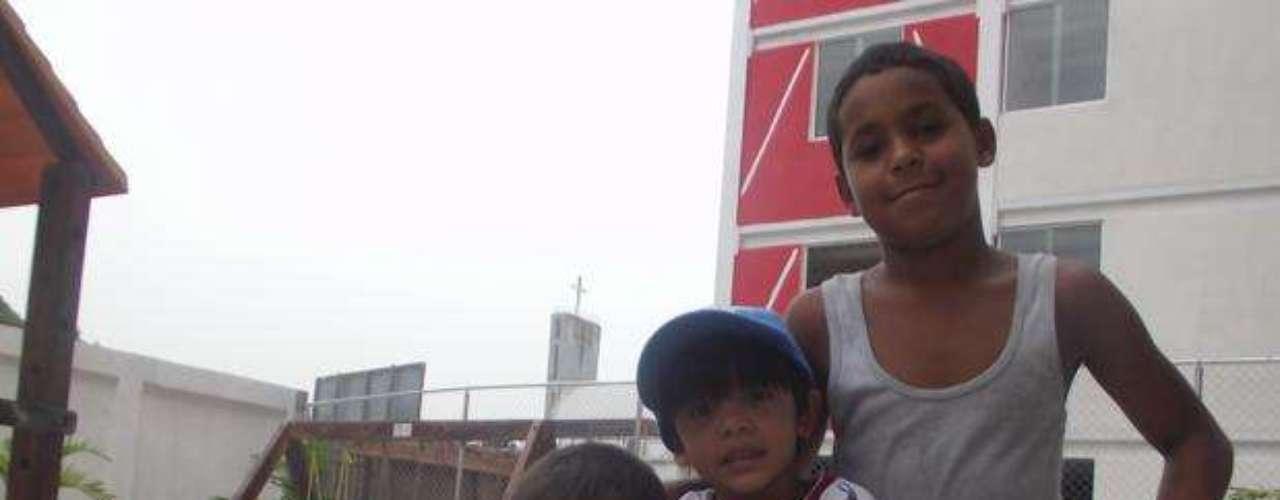 Los niños juegan en el área de recreación de uno de los edificios del programa del gobierno venezolano, inspirado en el brasileño \