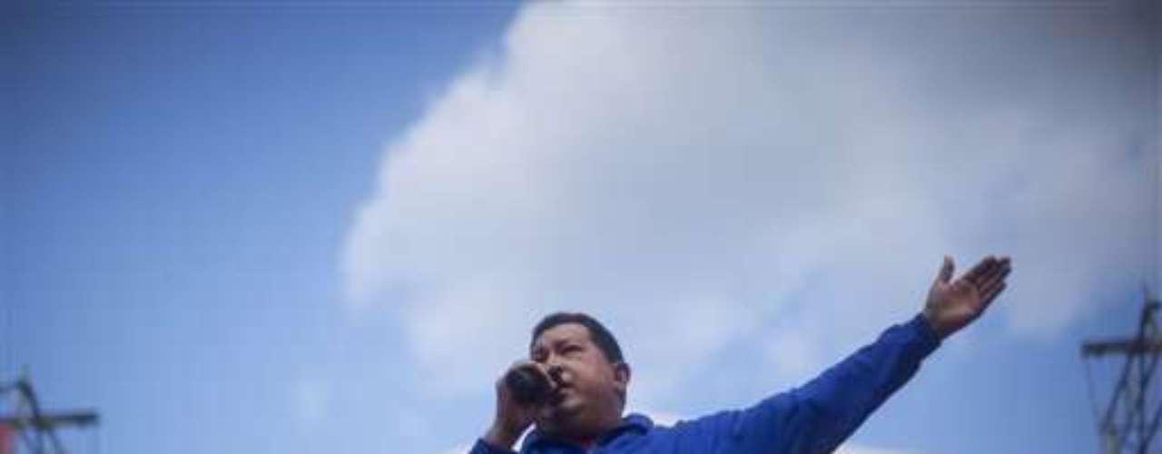 Tras recuperar su libertad, sin recursos ni eco en los medios, recorrió el país predicando su mensaje de cambio bolivariano y justicia social para, cuatro años después, lograr con los votos lo que no pudo con las armas. Fiel a su controvertido estilo militar, Chávez ha impulsado radicales cambios en el país con las mayores reservas mundiales de crudo. Aprobó una nueva Constitución, nacionalizó amplios sectores de la economía y lanzó masivos planes sociales de salud, alimentación y vivienda financiados con el petróleo.
