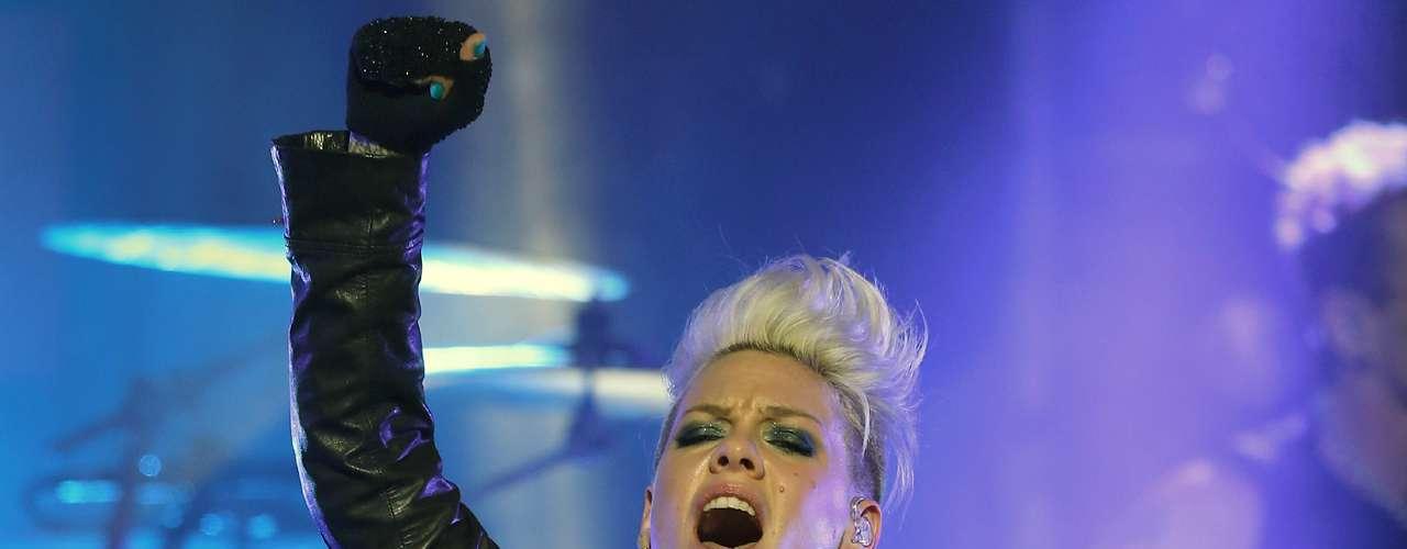 Pink, segundo lugar de la lista, le sigue los pasos de cerca a Rihanna, gracias a temas como 'Get the Party Started' o 'Just Like a Pill' que la hicieron destacar entre el resto de sus rivales.