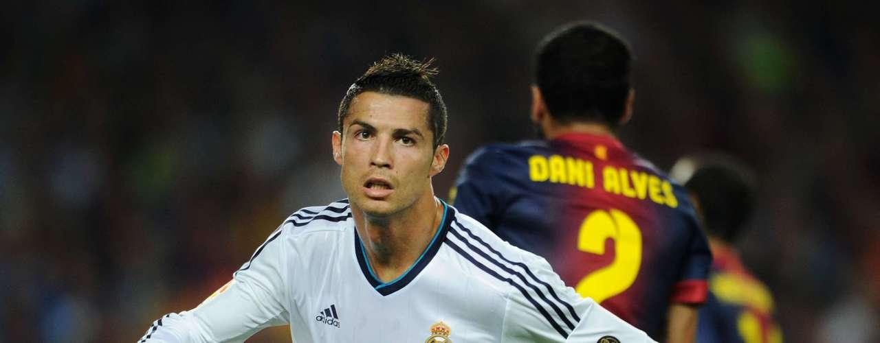 El tercer colocado es Cristiano Ronaldo, que marcó cinco veces jugando con Portugal y mandó 11 veces el balón al fondo de las piloas con el Real Madrid.