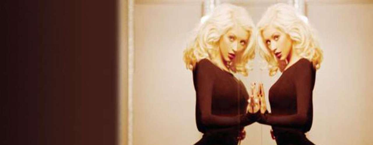 Un ajustado traje entallado negro, resalta lo mejor de la anatomía de Aguilera, en el cover de la canción \