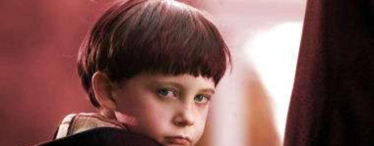 DAMIEN: el hijo del demonio, malvado pequeño que no tiene corazón ni piedad ni con su madre.