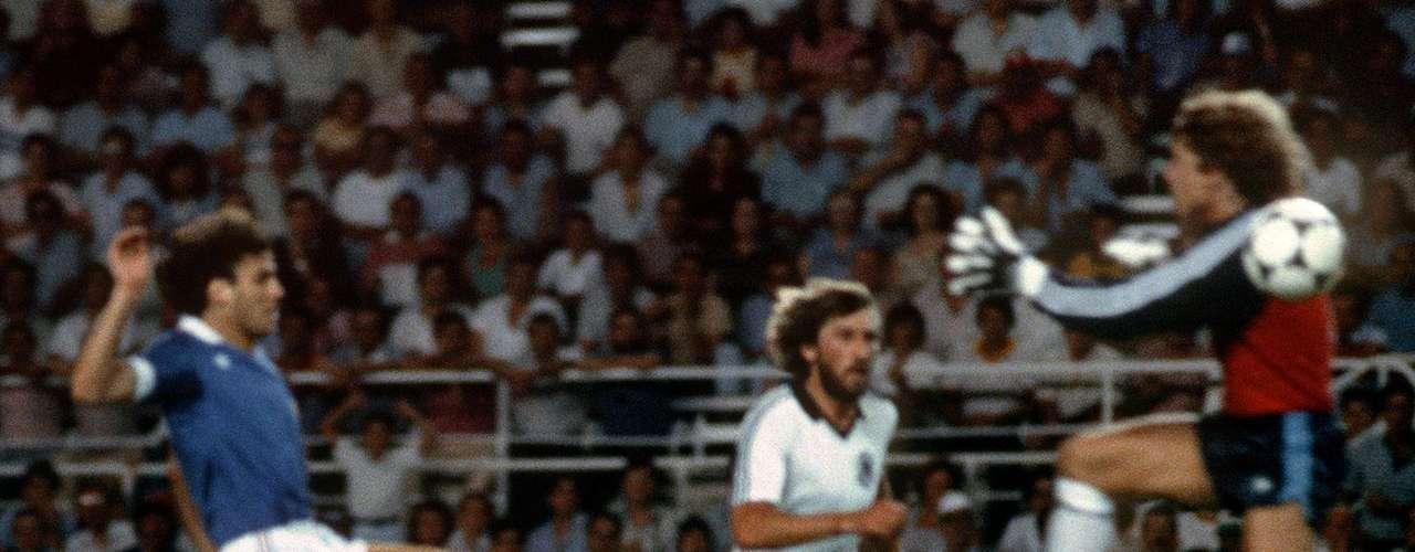 Harald Schumacher - Cuando salía a dividr la pelota con los delantero rivales, el exarquero de la selección alemana salía como un tren. En el Mundial de España 1982, 'Toni' dejó el arco y se estrelló contra el francés Patrick Battiston. El alemán le fracturó la mandíbula, una vértebra y le rompió cuatro dientes al galo.