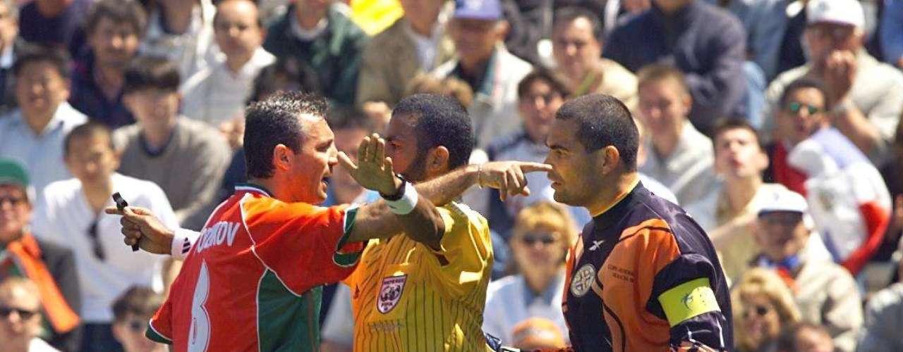 José Luis Chilavert - El arquero paraguayo, además de ser considerado uno de los mejores en la historia y marcar muchos goles de tiro libre y de penal, también era famoso por su dureza en la cancha. Tuvo incontables enfrentamientos con jugadores rivales, como se aprecia en esta foto discutiendo con el búlgaro Hristo Stoichkov.
