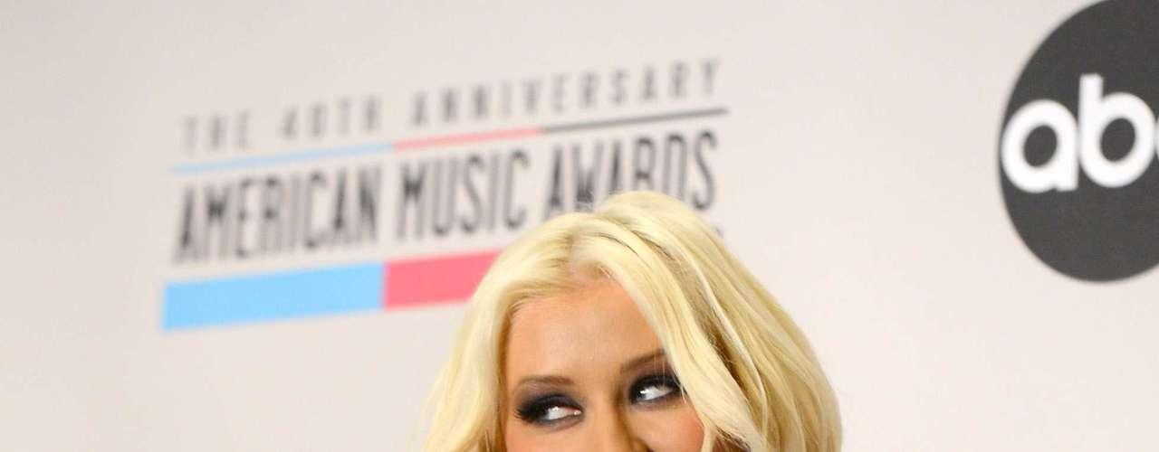 Tan provocativa fue vestida la cantante, que una mano desconocida estuvo a punto de acariciar sus \