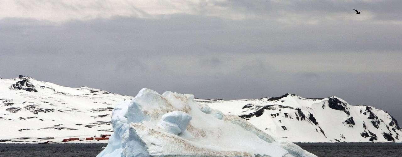 La pérdida de hielo en el Artico puede afectar a la gente en el Hemisferio Norte, causando problemas como mayores riesgos de fenómenos climáticos extremosos a causa de cambios en la corriente de chorro, dicen científicos. Las peculiaridades climáticas de la Antártida, en cambio, no tienen mucho efecto en la civilización.